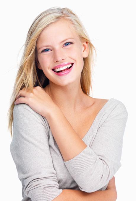 Lächelnde Frau nach zahnmedizinischer Behandlung - Praxis Prof. Hinz