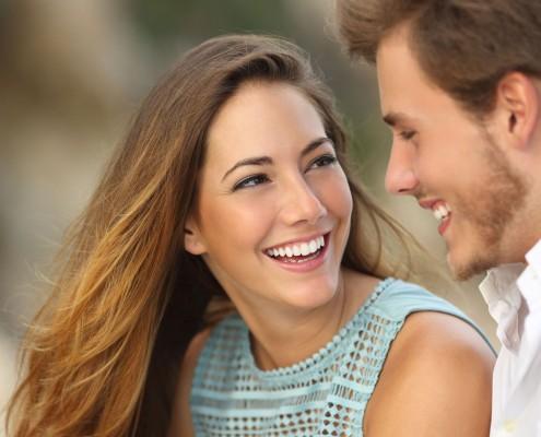 Lächelndes Paar nach Behandlung mit Zahnspange