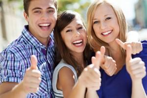 3 lächelnde Jugendliche - Zahnspangen in Herne
